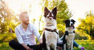 Couples heureux romantiques dans l'amour appréciant leur temps avec des animaux familiers en nature Image stock