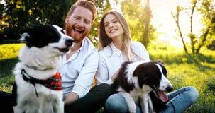 Couples heureux romantiques dans l'amour appréciant leur temps avec des animaux familiers en nature Photo libre de droits