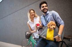 Couples heureux romantiques dans l'amour appr?ciant leur temps avec le chien dehors image stock