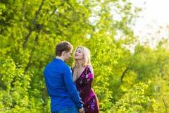 Couples heureux romantiques dans l'amour sur la nature Homme et femme étreignant en parc d'été Photos libres de droits