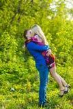 Couples heureux romantiques dans l'amour sur la nature Homme et femme embrassant en parc d'été Photographie stock
