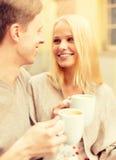 Couples heureux romantiques dans le café Photo stock