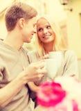 Couples heureux romantiques dans le café Photos stock