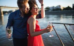 Couples heureux romantiques dansant et buvant ? la partie photos stock