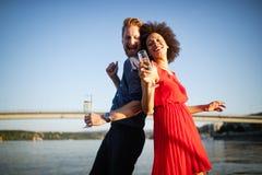 Couples heureux romantiques dansant et buvant ? la partie photographie stock libre de droits