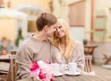 Couples heureux romantiques embrassant dans le café Photographie stock libre de droits