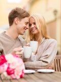 Couples heureux romantiques embrassant dans le café Photos libres de droits