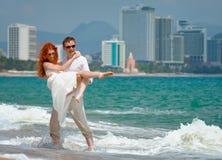 Couples heureux romantiques sur la plage. Photographie stock