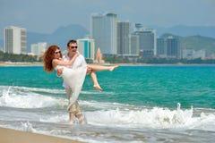 Couples heureux romantiques sur la plage Images stock