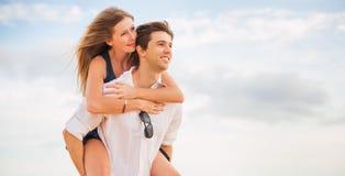 Couples heureux romantiques sur la plage au coucher du soleil Photo libre de droits