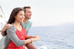 Couples heureux romantiques sur le déplacement de bateau de croisière Photo libre de droits