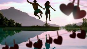 Couples heureux sautant à un lac et aux coeurs pour le Saint Valentin banque de vidéos