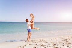 Couples heureux sautant des vacances de plage Photo stock