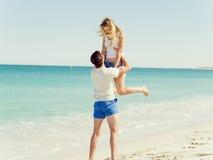 Couples heureux sautant des vacances de plage Photo libre de droits