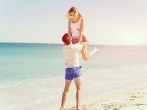Couples heureux sautant des vacances de plage Image libre de droits