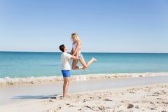 Couples heureux sautant des vacances de plage Photos stock