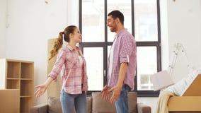 Couples heureux se déplaçant à nouvel à la maison et à étreindre clips vidéos