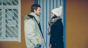 Couples heureux se regardant et rire Photographie stock libre de droits