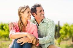 Couples heureux se reposant dans le vignoble Photos libres de droits