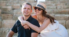 Couples heureux se reposant sur les vieilles étapes en pierre Photographie stock