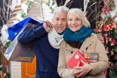 Couples heureux se tenant au magasin de Noël Image libre de droits