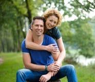 Couples heureux se tenant dehors Images libres de droits