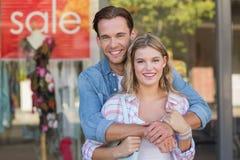 couples heureux se tenant devant un signe de VENTE image libre de droits
