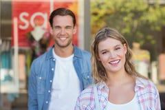 couples heureux se tenant devant un signe de VENTE Photos stock