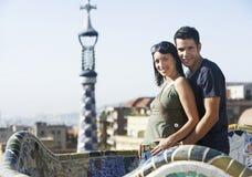 Couples heureux se tenant ensemble à Barcelone Photographie stock