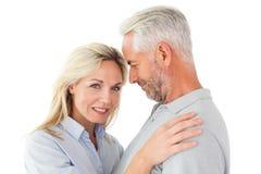 Couples heureux se tenant et souriant à l'appareil-photo Images stock