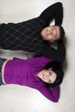 Couples heureux se trouvant sur l'étage dans leur maison neuve Image libre de droits