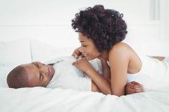Couples heureux se trouvant sur le lit photographie stock