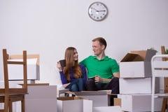 Couples heureux sortant  Photographie stock libre de droits