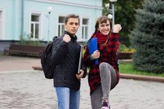 Couples heureux soulevant la main dans l'excitation photo libre de droits