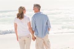 Couples heureux souriant à l'un l'autre Photos stock