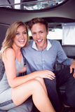 Couples heureux souriant dans la limousine Photographie stock libre de droits