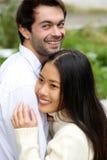 Couples heureux souriant et étreignant dehors Photos libres de droits
