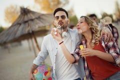 Couples heureux souriant et ayant le temps d'amusement Photos libres de droits