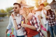 Couples heureux souriant et ayant le temps d'amusement Photos stock