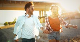 Couples heureux souriant et ayant le temps d'amusement Image libre de droits