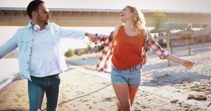Couples heureux souriant et ayant le temps d'amusement Photographie stock