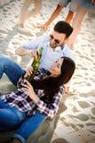 Couples heureux souriant et ayant le temps d'amusement Image stock
