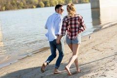 Couples heureux souriant et ayant le temps d'amusement Photo stock