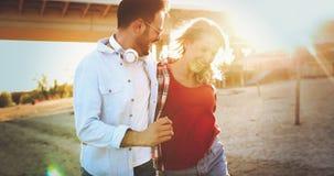 Couples heureux souriant et ayant le temps d'amusement Photo libre de droits