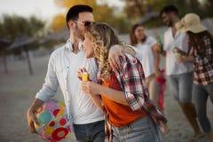 Couples heureux souriant et ayant le temps d'amusement Photographie stock libre de droits