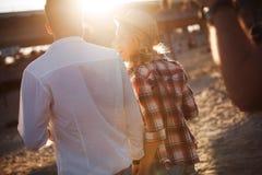 Couples heureux souriant et ayant le temps d'amusement Images stock