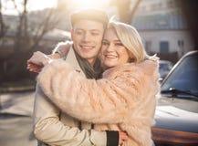 Couples heureux souriant et embrassant dehors Photo stock
