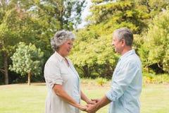 Couples heureux souriant et se faisant face Photographie stock libre de droits