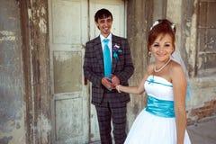 Couples heureux souriant et tenant des mains sur le vieux château de fond Image libre de droits