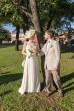 Couples heureux sous l'arbre photos libres de droits